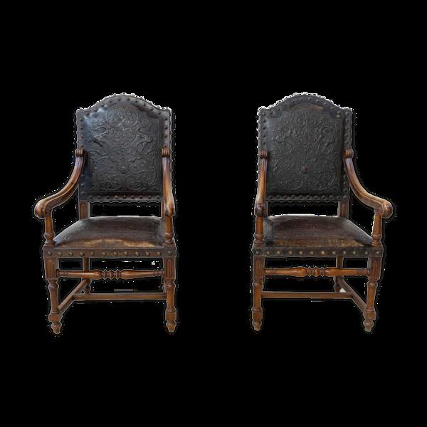 Paire de fauteuils en noyer et cuir repoussé, 19ème siècle