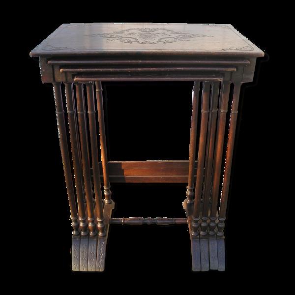 Lot de 4 tables gigognes anciennes à plateaux sculptés