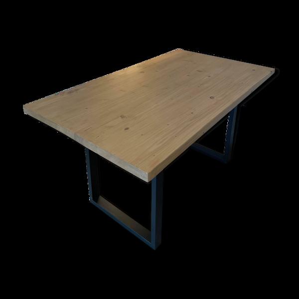 Table artisanale en bois massif clair