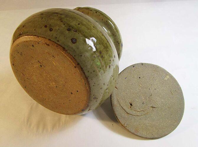 Speckled sandstone pot with lid