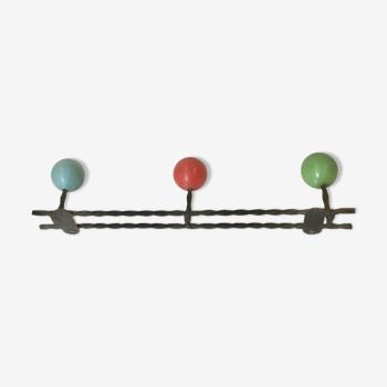 Portemanteau mural vintage fer forgé 3 patères boules de bois bleue, rouge et verte