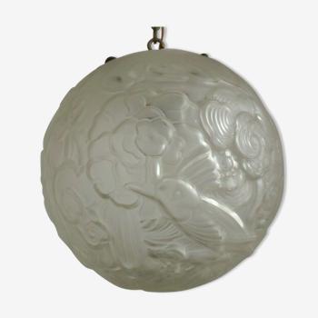 Suspension boule de verre opaque d'Art nouveau décorée avec des oiseaux et des fleurs