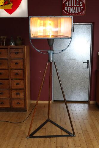 Ancien projecteur industriel sur pied