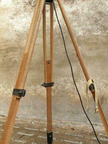 Projecteur de lampe sur le trépied
