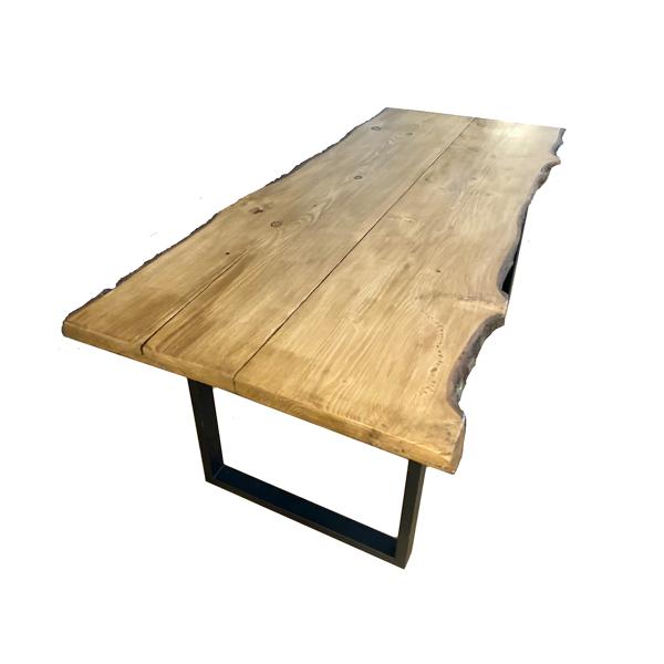 Table artisanale claire avec contour écorce pour 8 personnes