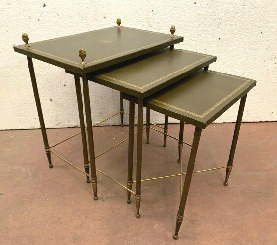 Trois tables gigognes en laiton et cuir vert XX siècle