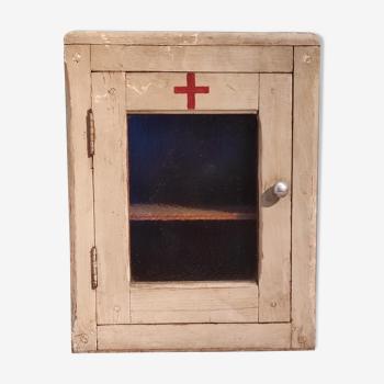 Armoire à pharmacie en bois patiné gris vintage et croix rouge