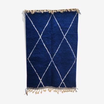 Tapis berbère marocain Beni Ouarain bleu intense à losanges blancs 2,51x1,65m