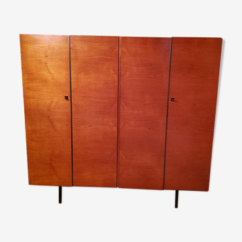 Armoire penderie 4 portes en placage teck acajou des années 60 pieds métalliques