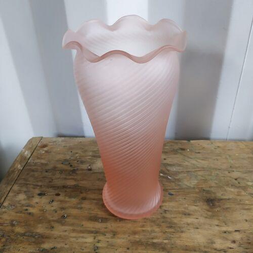 Vase en verre soufflé forme tulipe rose pastel ancien