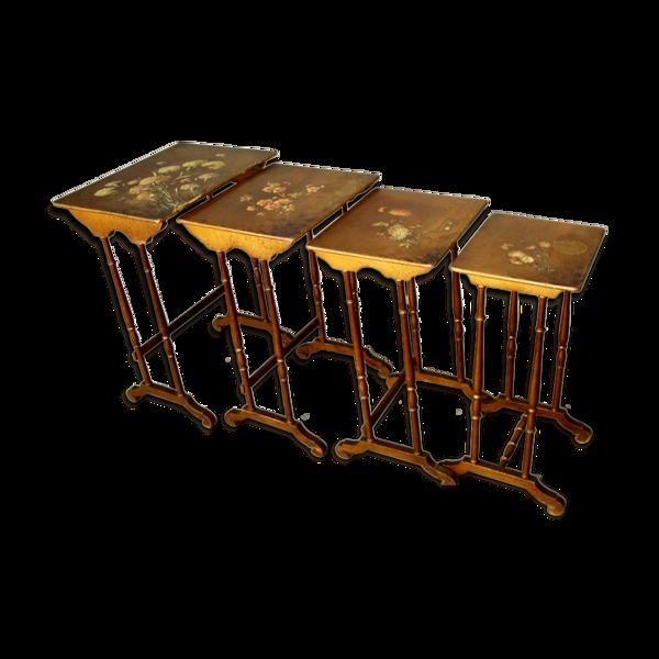 Suite de 4 tables gigogne vernis martin à décor de fleurs
