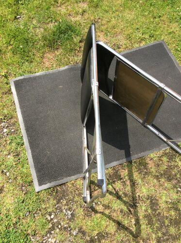 Paire de chaises vintage pliantes en acier chromé en Skaï noir.