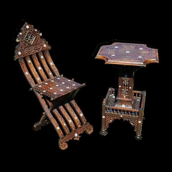 Selency Chaise pliante et une table syriennes sculptées avec incrustations de nacre du XIXe.