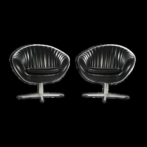 Paire de fauteuils en cuir noir des années 70