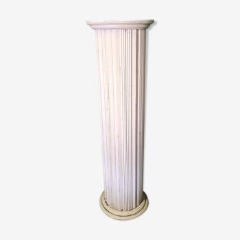 Vieille colonne cannelée en bois