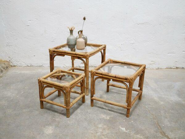 Série de 3 tables basses vintage en rotin et en verre