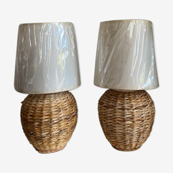 Lot de deux lampes de chevet en rotin/osier