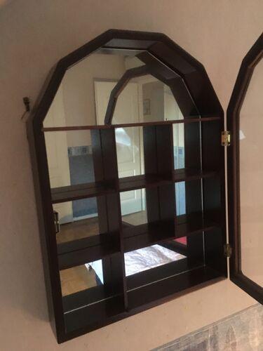 Vitrine d'exposition avec porte en bois et miroir
