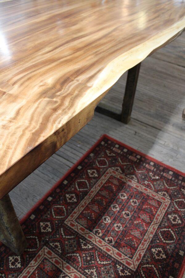 Table à manger plateau bois brut et pieds métal