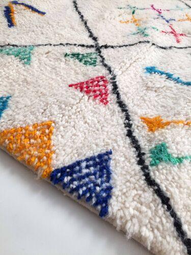 Tapis berbère marocain Azilal écru à losanges noirs et motifs colorés 260x156cm