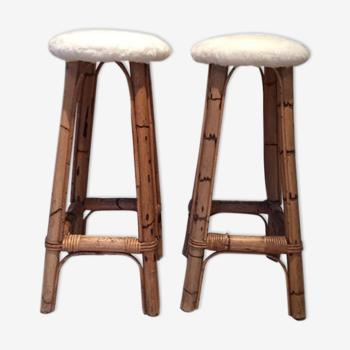 Paire de tabourets de bar en bambou, assise en fausse fourrure blanche, 1960