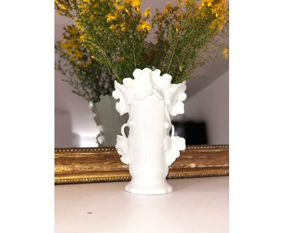 Vase en porcelaine à décor de feuilles de vignes