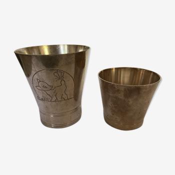 Deux timbales en argent l'une est décorée d'un bambi signé d'argent lautre est sans