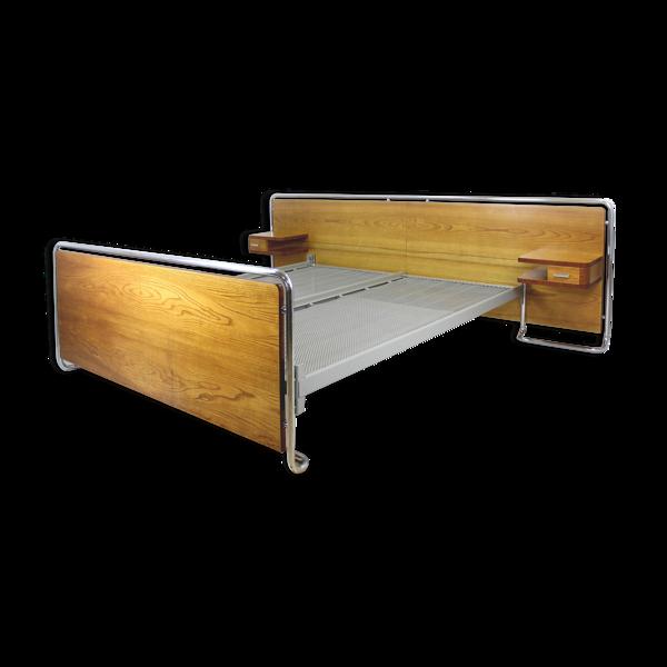 Lit tubulaire en acier chromé avec tables de chevet de Vichr, années 1940
