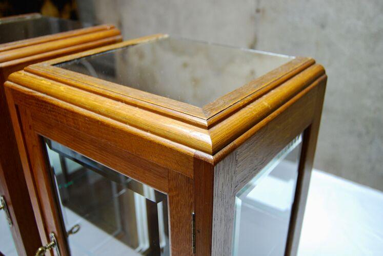 Paire de vitrines en chêne et verre bisauté