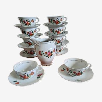 10 tasses à thé en porcelaine et 1 pot à lait