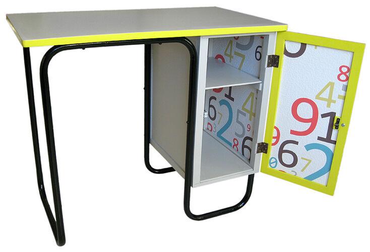 Bureau et chaise d'écolier.