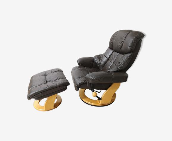 Chaise longue du milieu du siècle avec repose-pieds