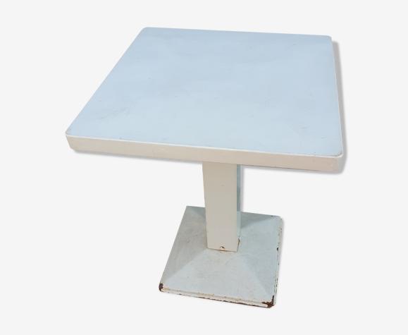 Table blanche d'extérieur