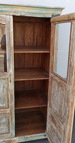 Armoire en bois ancien avec deux portes et vitres