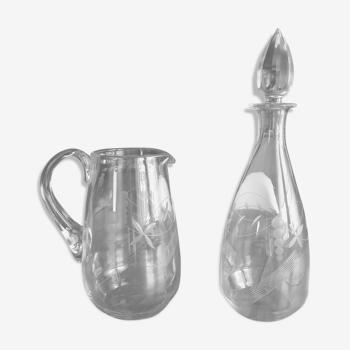 Lot comprenant une cruche et une carafe à bouchon assorties en verre gravé