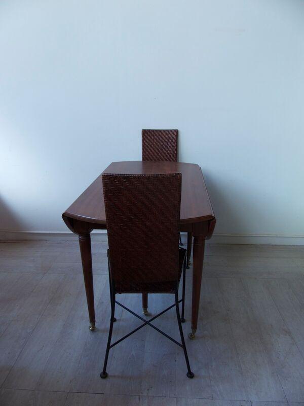 Table ronde en bois et ses deux chaises