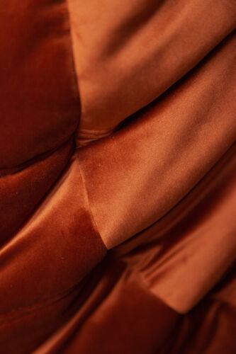 Chauffeuse et pouf Togo en velours ambre foncé de Michel Ducaroy pour Ligne Roset