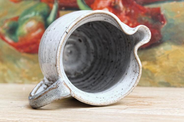 Paire de pichets en terre cuite vernissée