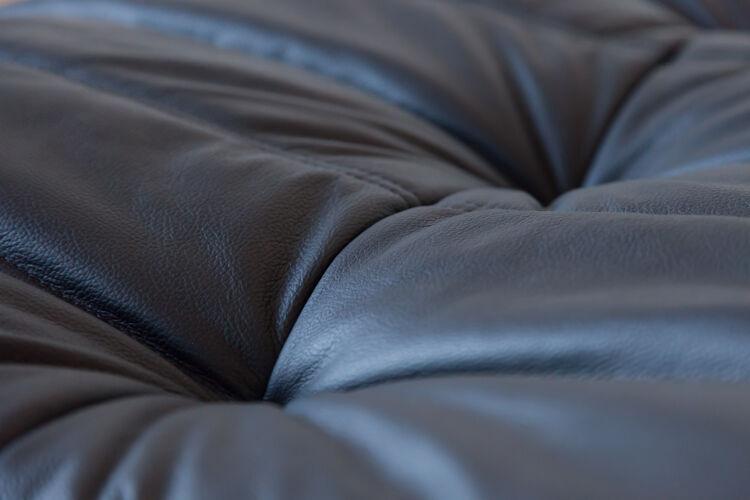 Chauffeuse et pouf Togo en cuir noir de Michel Ducaroy pour Ligne Roset