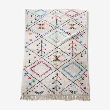 Tapis berbère marocain Azilal écru à losanges noirs et motifs colorés 252x159cm