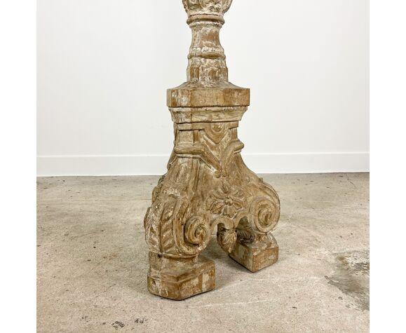 Support antique de bougie d'autel en bois sculpté