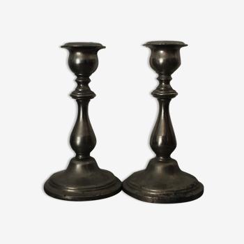 Deux bougeoirs 17cm pour bougies 1.8  à 2.8cm - coulés en deux parties (pied et haut)