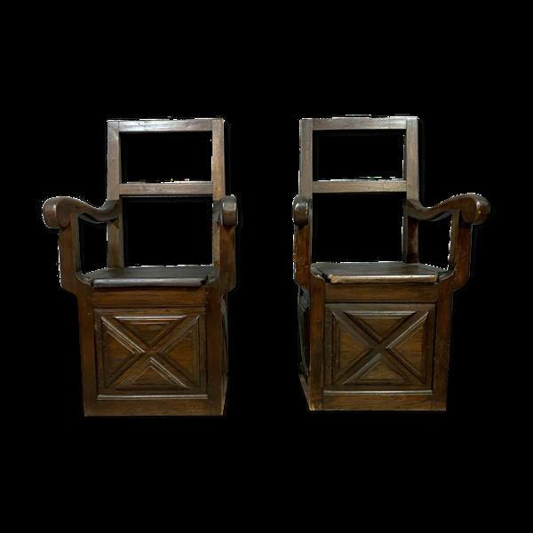 Paire de fauteuils Louis XIII en coffre a sel a pointes plates en noyer vers 1800