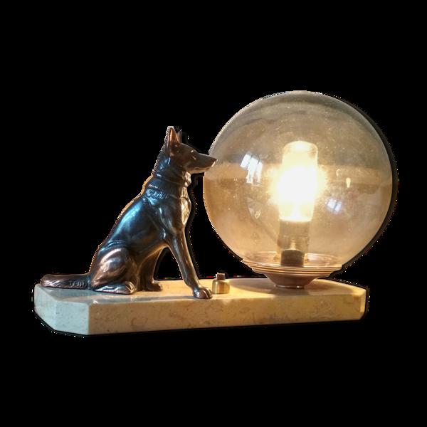 Lampe art déco chien et globe de verre irisé sur plaque de marbre