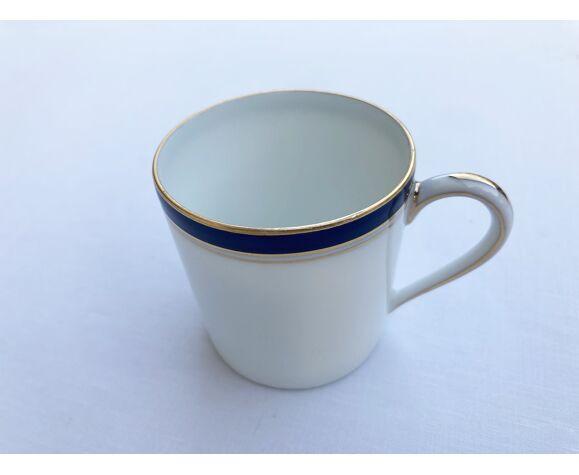 Tasse à café en porcelaine de Limoges blanche à filet bleu marine et or modèle Ambassade Haviland