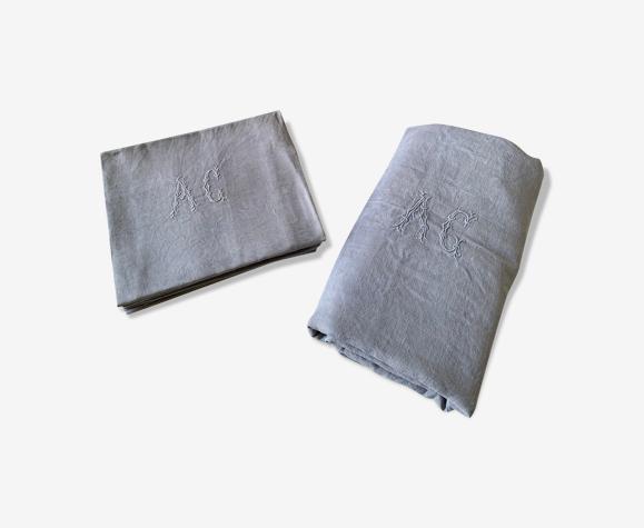 Nappe avec monogramme et 7 serviettes avec monogrammes couleur gris clair