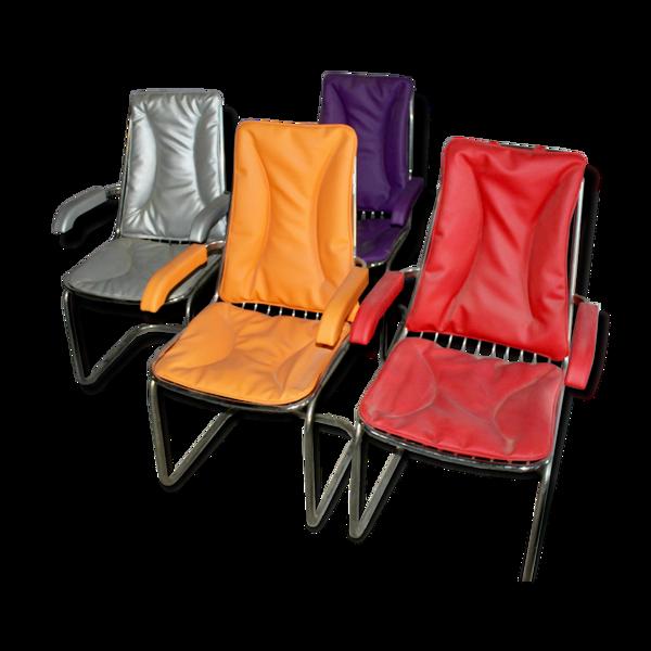 Série de 4 fauteuils années 70 pieds chromés et assise en skai de couleur