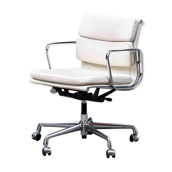 Selency Fauteuil Soft Pad EA 217 blanc de Charles & Ray Eames édition Vitra