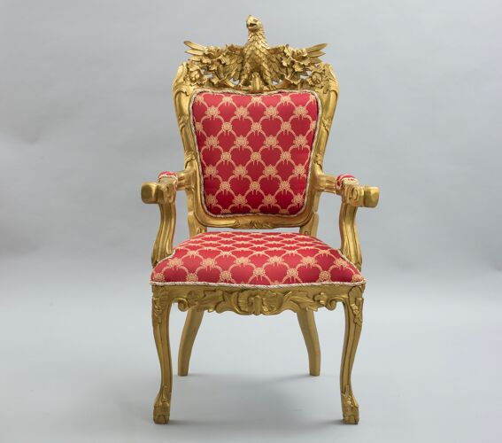 Paire de fauteuils rouge et bois doré à décor d'aigle