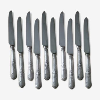 10 couteaux de table en métal argenté style Louis XV
